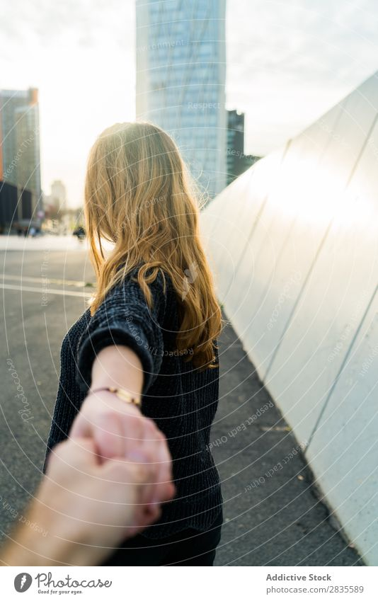 Junge süße Frau. Folgen Sie dem Konzept. mir folgen gestikulieren Lächeln heiter verträumt Gebäude Hand Straße Großstadt urban in die Kamera schauen hübsch jung