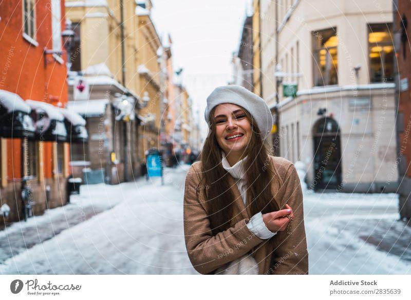 Attraktive Frau auf verschneiter Straße Stil modisch Jugendliche Blick in die Kamera hübsch Schnee Winter kalt Mantel Coolness Mode Großstadt Model schön