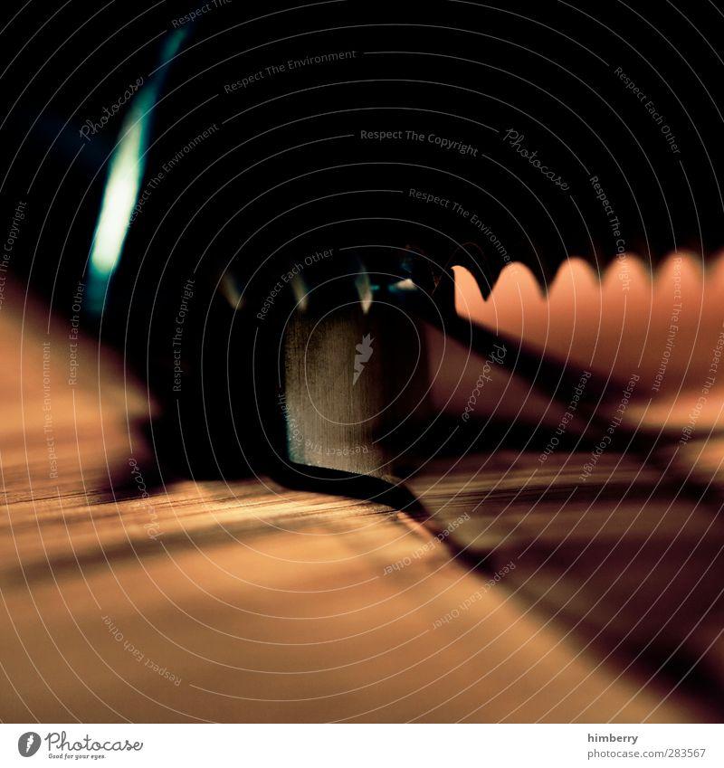 schärfentiefe dunkel Holz Metall Metallwaren bedrohlich Kochen & Garen & Backen Tiefenschärfe Scharfer Gegenstand eckig Messer Schneidebrett Zacken Tafelmesser