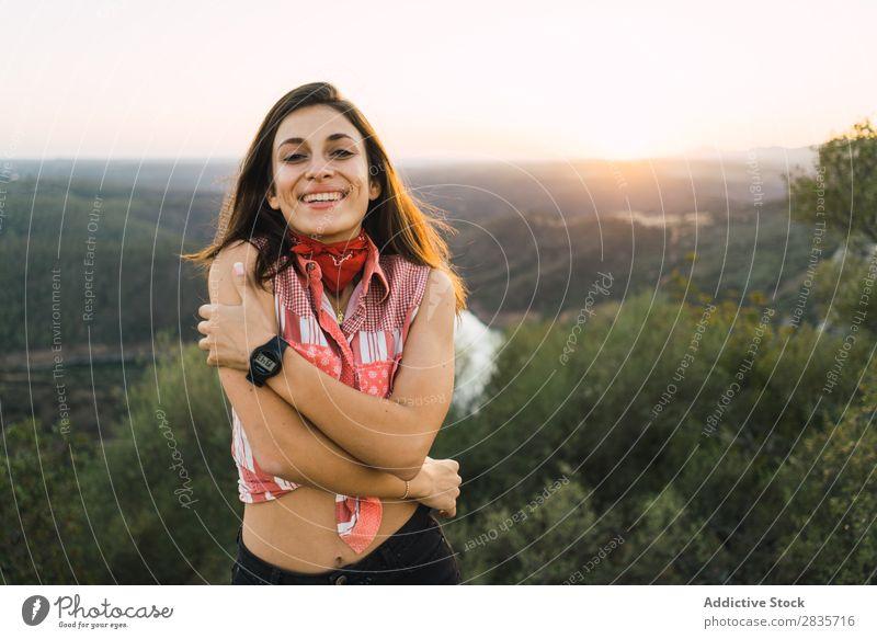 Fröhliche Frau im hellen Licht der Natur heiter Porträt Fröhlichkeit reisend Stil Freizeit & Hobby Menschliches Gesicht selbstbewußt feminin Beautyfotografie