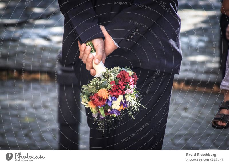 Vor dem großen Moment Mensch maskulin Leben Arme Hand Anzug blau mehrfarbig gelb rot schwarz weiß Gefühle Zusammensein Liebe Treue Romantik Hochzeit