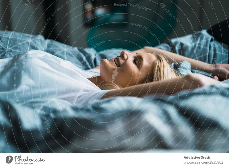 Blonde Frau im Bett liegend hübsch heimwärts Jugendliche blond träumen erfreut lügen Schlafzimmer schön Lifestyle Beautyfotografie attraktiv Porträt Dame Raum