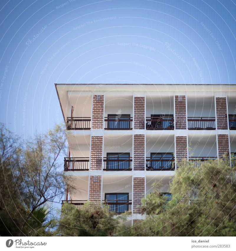Betonklotz Ferien & Urlaub & Reisen Tourismus Ausflug Ferne Städtereise Haus Cala Millor Spanien Kleinstadt Stadt Hafenstadt Stadtzentrum bevölkert Hotel Mauer