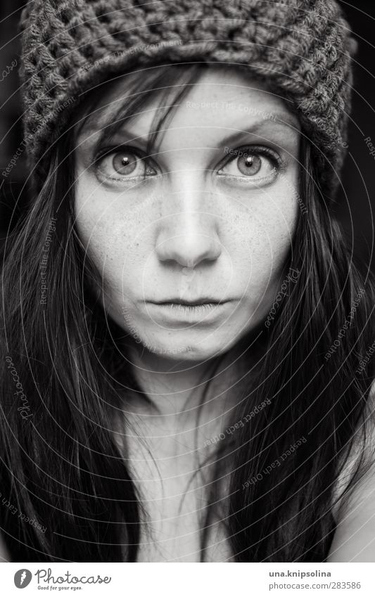 mützolina schön Haare & Frisuren Gesicht feminin Frau Erwachsene 1 Mensch 18-30 Jahre Jugendliche Wolle Mütze Wollmütze brünett langhaarig Pony beobachten