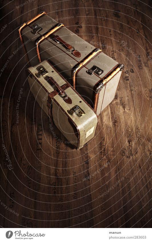 reisefertig Ferien & Urlaub & Reisen Verpackung Kasten Sammlerstück Koffer stehen alt retro braun Fernweh Senior Nostalgie Ordnung Gepäck Farbfoto Innenaufnahme