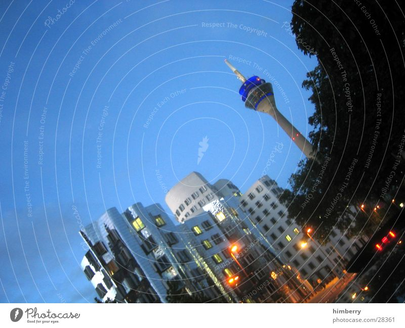 hafengegend III Stadt Gebäude Architektur Hochhaus Lifestyle modern Laterne Skyline Düsseldorf Fernsehturm Nachtleben Lichteffekt Rheinturm