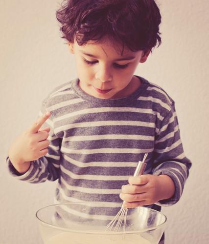 hmmm lecker Mensch Kind Freude Wärme Junge grau braun Kindheit maskulin authentisch Ernährung Speiseeis süß Kochen & Garen & Backen Küche violett