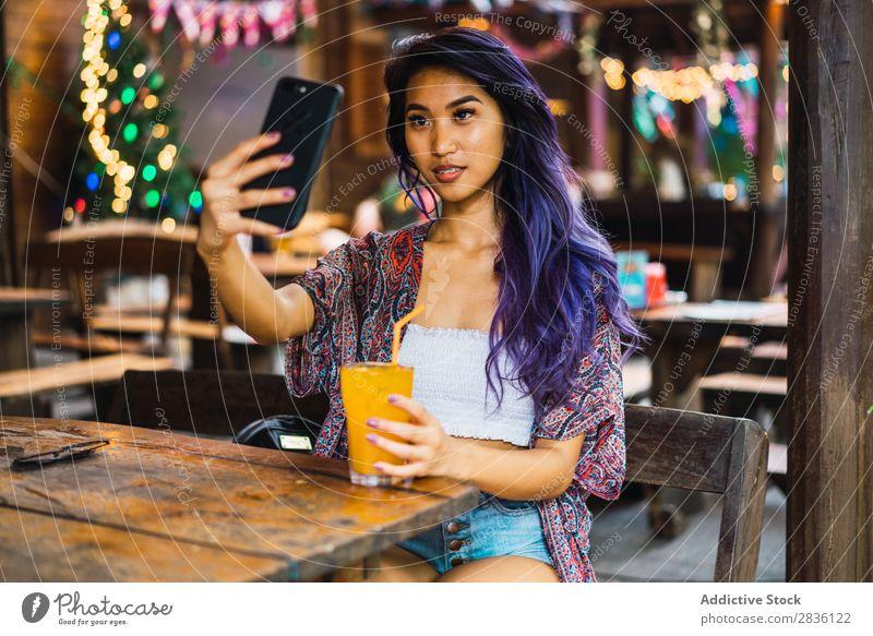 Frau mit Smartphone im Café Jugendliche schön Porträt Saft trinken PDA
