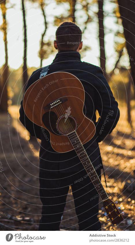 Mann mit Gitarre im Wald Natur Musik Coolness Lifestyle Musiker lässig Gitarrenspieler akustisch Herbst Musical Mensch Typ natürlich Instrument Spielen Stil