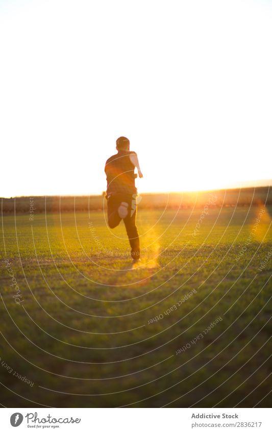Mann springt auf sonniges Feld Freude Fröhlichkeit Sommer Freiheit Natur Aktion Mensch Jugendliche Wiese Gras Energie grün Lifestyle frei rennen genießend