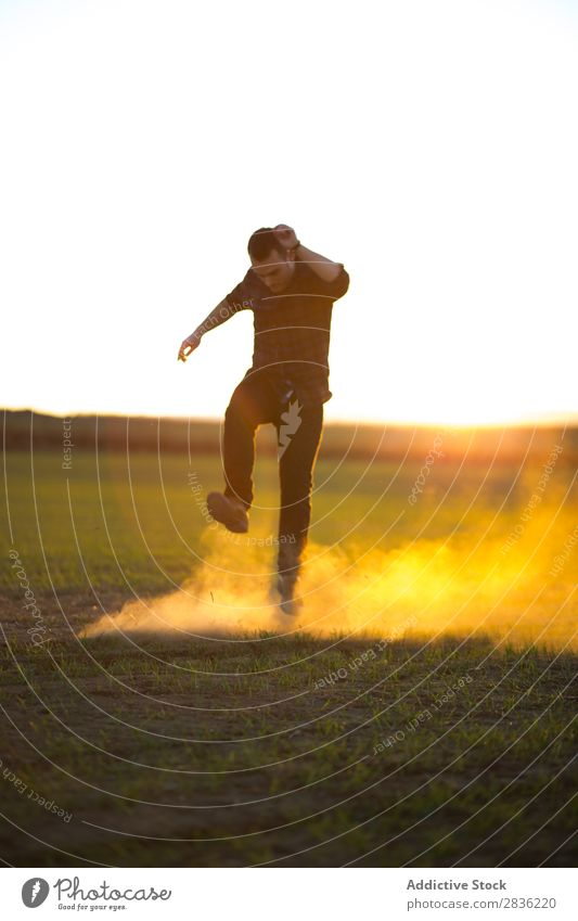 Mann springt auf sonniges Feld Freude springen Fröhlichkeit Sommer Freiheit Natur Aktion Mensch Jugendliche Wiese Gras Energie grün Lifestyle frei rennen
