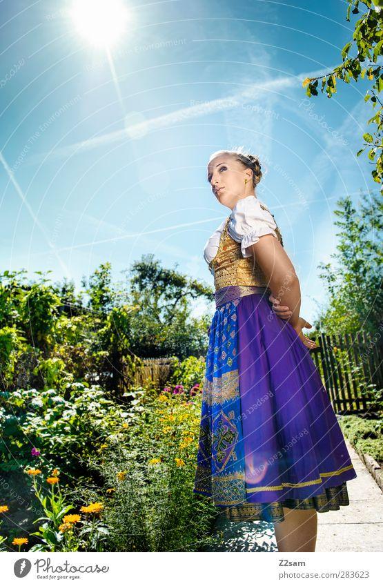 Madl elegant Stil Oktoberfest feminin Junge Frau Jugendliche 1 Mensch 18-30 Jahre Erwachsene Natur Landschaft Wolkenloser Himmel Sommer Blume Sträucher Garten