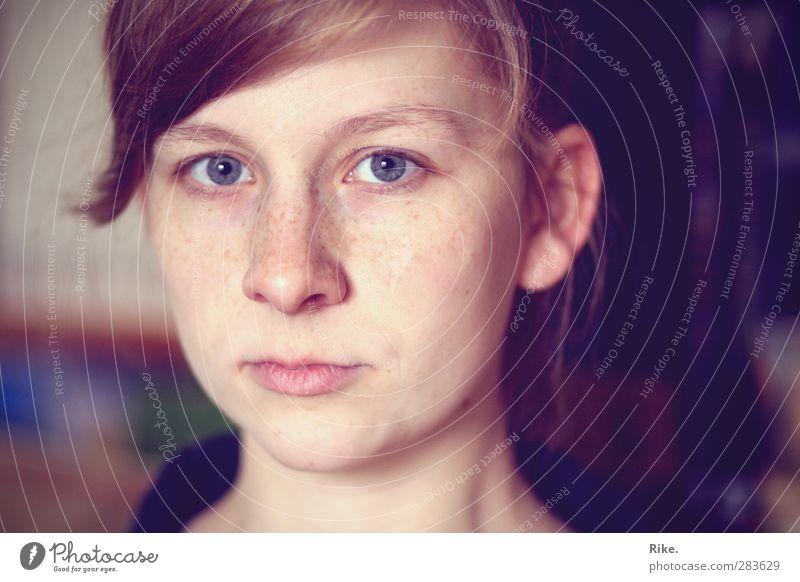 Nur ein Blick. Mensch feminin Junge Frau Jugendliche Gesicht 1 18-30 Jahre Erwachsene blond Pony Denken träumen Traurigkeit schön natürlich rebellisch trist