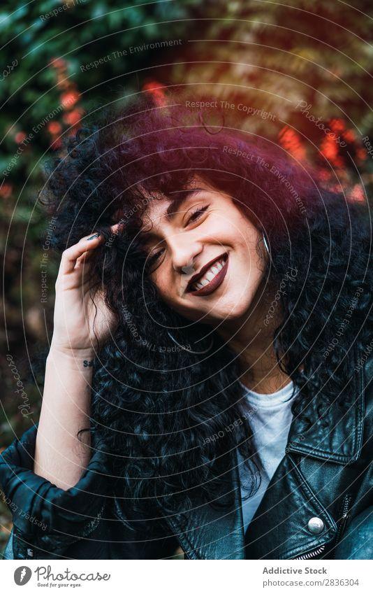 Junge lockige Frau im Park attraktiv Großstadt modisch brünett Herbst Blatt Blick in die Kamera Jacke Mode Jugendliche schön hübsch Straße Model Stil Behaarung