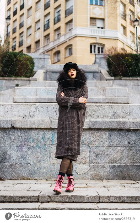 Hübsche stylische Frau im Park attraktiv Großstadt modisch lockig brünett grün Mantel Hut Mode Jugendliche schön hübsch Straße Model Stil Behaarung