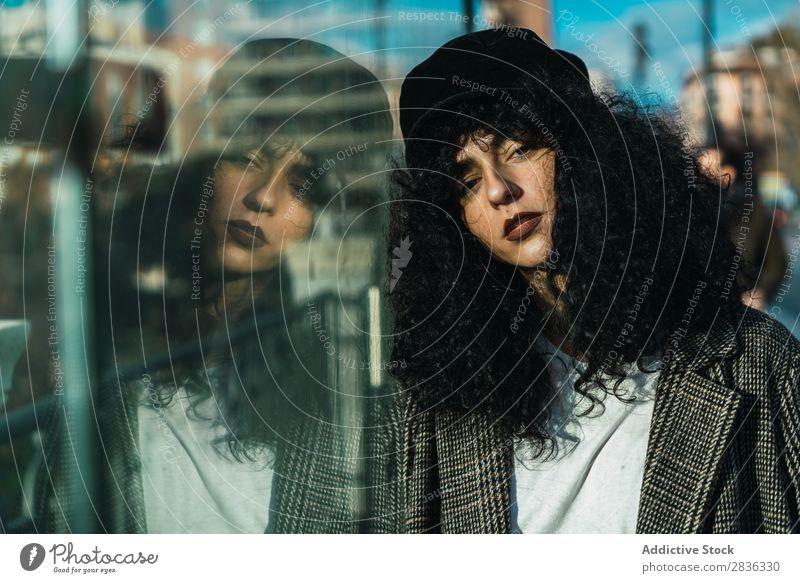 Attraktive Frau am Arbeitsplatz attraktiv Großstadt modisch lockig fallen Glas Blick in die Kamera brünett Mode Jugendliche schön hübsch Straße Model Stil
