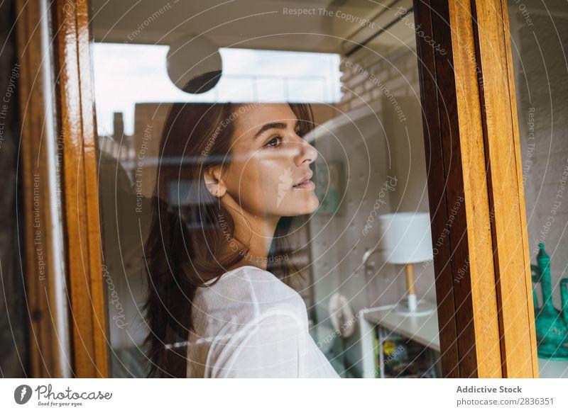 Frau mit Tasse am Fenster Becher Kaffee Morgen Mensch Jugendliche trinken Erholung Frühstück aussruhen Tee Getränk bequem gemütlich Wärme attraktiv schön hübsch