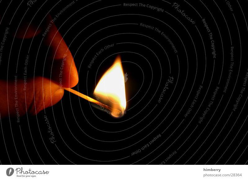light my Fire Streichholz Licht Flamme Brand dunkel Erkenntnis anzünden entzünden Finger Experiment Silvester u. Neujahr Makroaufnahme Nahaufnahme obskur