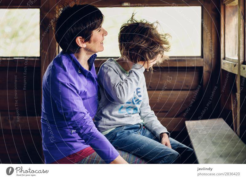 Mutter mit ihrer siebenjährigen Tochter, die lacht. Lifestyle Freude Glück schön Gesicht Freizeit & Hobby Spielen Haus Kind Mensch feminin Mädchen Frau
