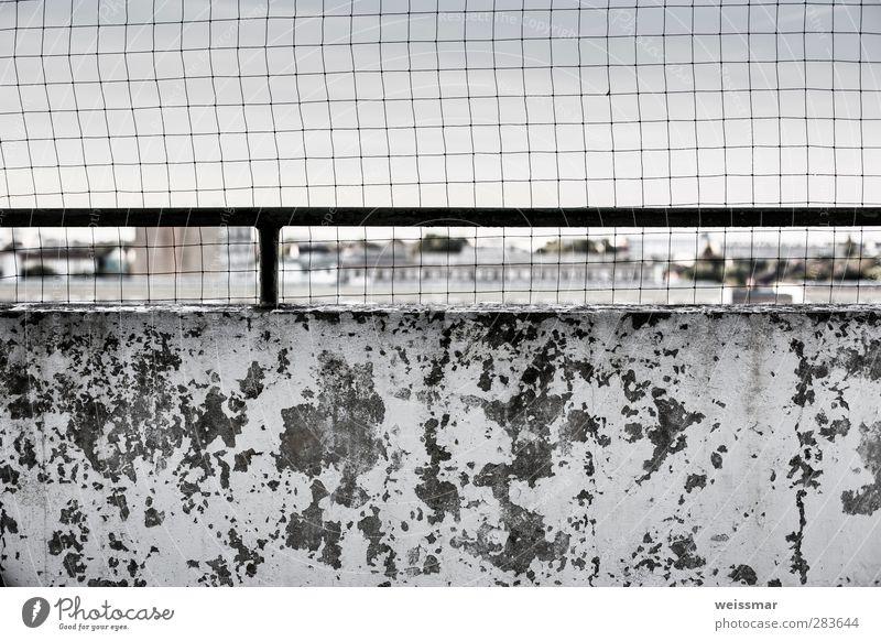 Anblick-Aussicht Cottbus Stadt Stadtrand Skyline Menschenleer Haus Hochhaus Mauer Wand Fassade Balkon alt kalt kaputt nass trist grau weiß Farbfoto