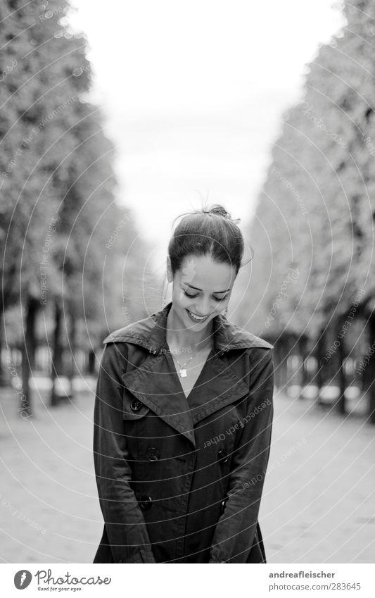 madame aus paris. Mensch Jugendliche schön Baum Erwachsene Junge Frau feminin Herbst Wege & Pfade lachen Frühling 18-30 Jahre Lächeln Paris Kette Mantel