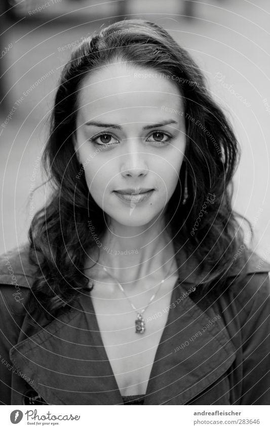 madame aus paris. feminin Junge Frau Jugendliche 1 Mensch 18-30 Jahre Erwachsene atmen attraktiv schön klug clever Haare & Frisuren Kette Trenchcoat Mantel