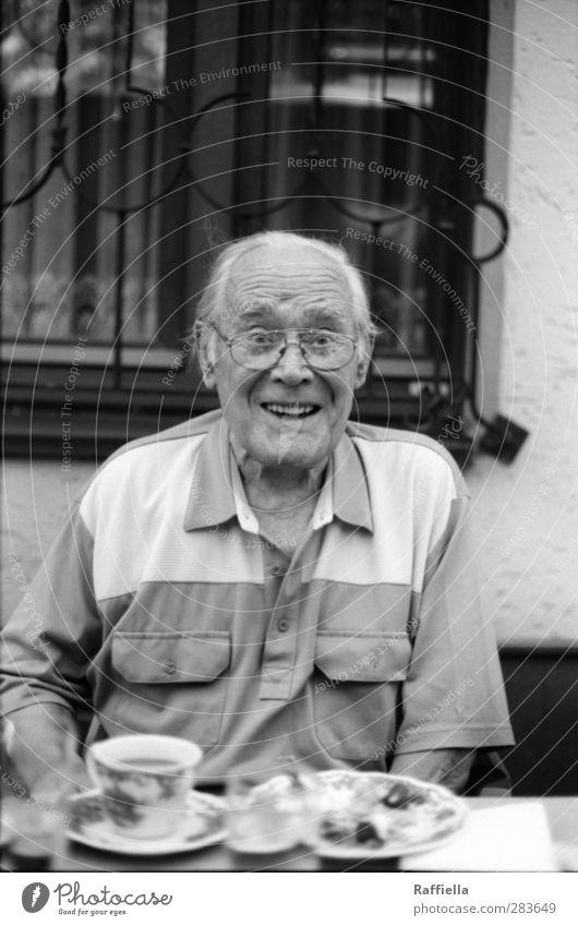 Sommertage Mensch Mann Freude Gesicht Fenster Senior lachen Essen Fassade maskulin Mund Nase Fröhlichkeit leuchten T-Shirt Brille