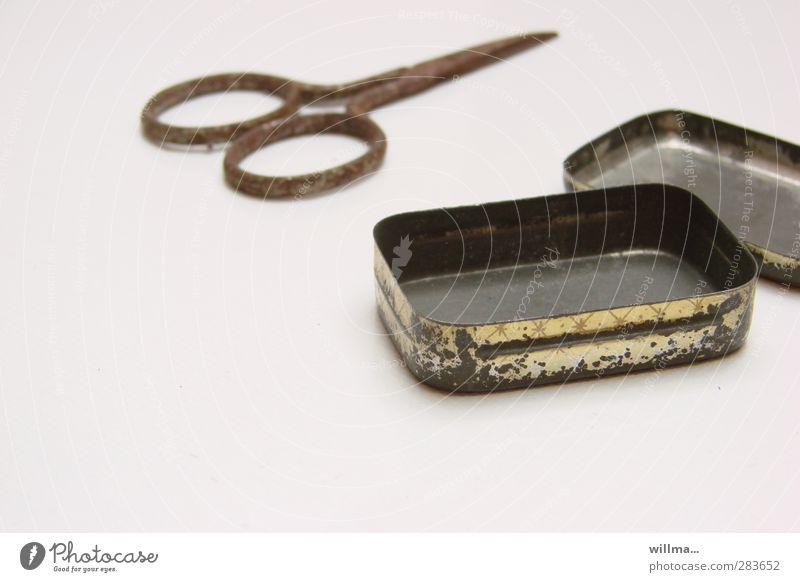 mehr ist bei mir nicht drin Dose Kitsch Krimskrams Schere Nagelschere Metall Rost alt historisch Nostalgie Verschlussdeckel Blech altte Schachtel Redewendung