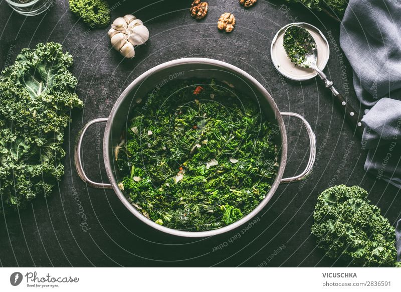 Gegarter Grünkohl im Kochtopf Lebensmittel Gemüse Suppe Eintopf Kräuter & Gewürze Öl Mittagessen Festessen Bioprodukte Vegetarische Ernährung Diät Topf Stil