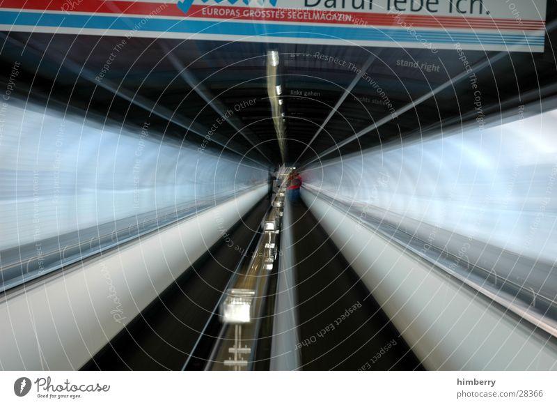 zooming In Bewegung Architektur Verkehr Ausflug Güterverkehr & Logistik Tunnel Röhren Kanal Ausweg Zoomeffekt Laufband Fluchtweg Zeitreise