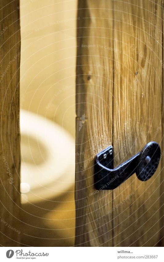 einlass [3] Toilette Tür Holz braun gelb Fliesen u. Kacheln Griff Türschloss Beschläge rustikal Stuhlgang Ort der Ruhe Verstopfung Bedürfnisse Farbfoto
