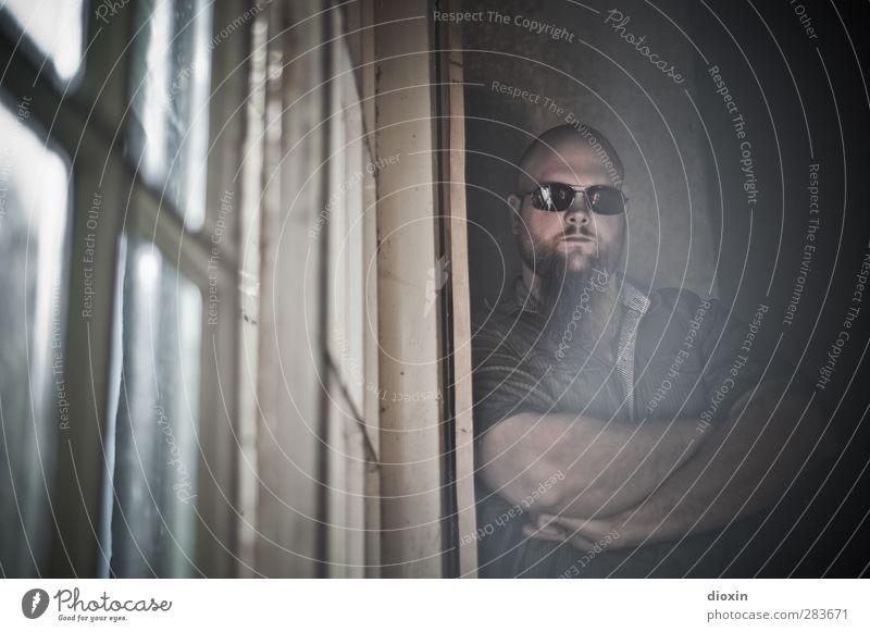so what?! Mensch Jugendliche Haus Erwachsene Fenster Junger Mann 18-30 Jahre Kraft groß maskulin stehen Coolness bedrohlich einzigartig Hemd Gelassenheit