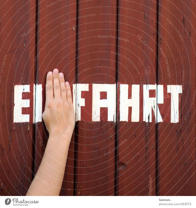 I-fahrt Hand Mauer Wand Fassade Freude Holz Holzwand Schriftzeichen Buchstaben festhalten Finger Einfahrt rot zuhalten Farbfoto Außenaufnahme Nahaufnahme