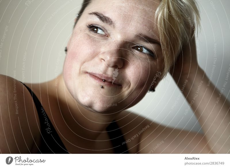 Portrait einer jungen Frau mit Sommersprossen und Grübchen Freude schön Leben Wohlgefühl Junge Frau Jugendliche 18-30 Jahre Erwachsene Piercing blond kurzhaarig