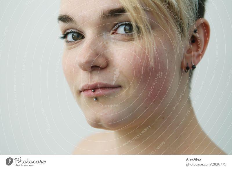 Junge Frau mit Sommersprossen Stil schön Gesicht Leben Wohnung Jugendliche 18-30 Jahre Erwachsene Piercing blond kurzhaarig beobachten Lächeln ästhetisch