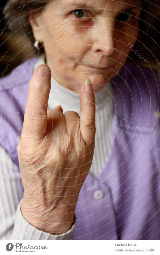 Rentner, Drugs & Rock'n'Roll Gesicht Maniküre Mensch feminin Weiblicher Senior Frau Großeltern Großmutter Leben 1 60 und älter beobachten machen Blick alt frech