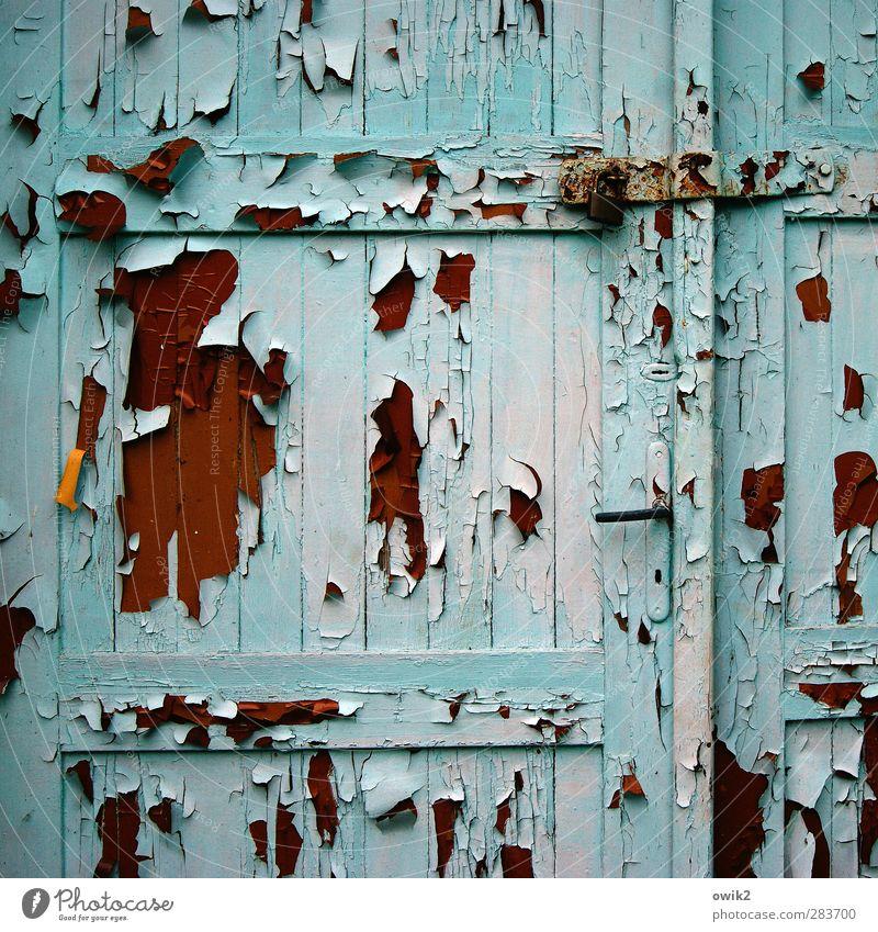 Der Lauf der Dinge Tür Holz alt hängen dehydrieren historisch braun orange rot türkis Farbe abblättern Zahn der Zeit verfallen morbid Griff geschlossen Holztür