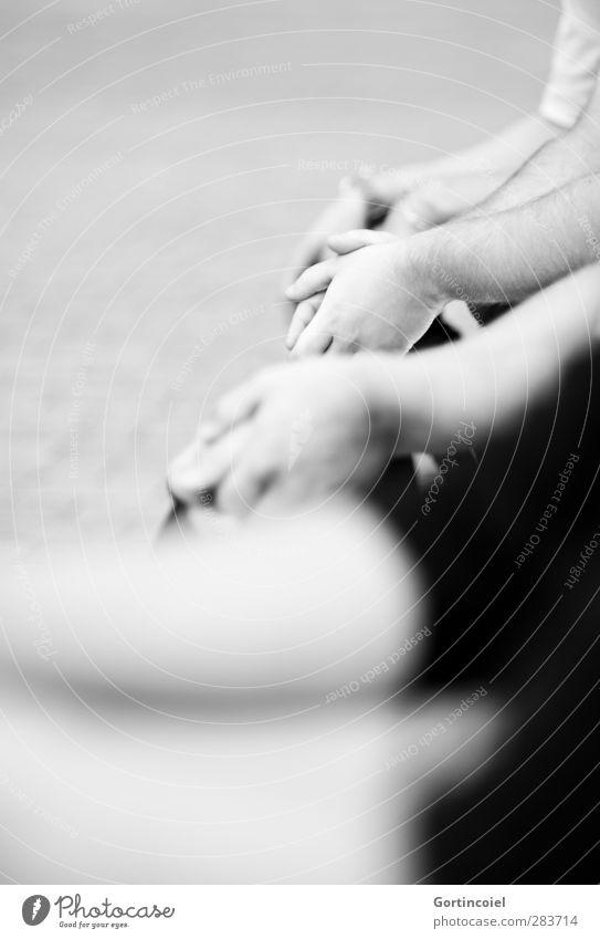 Publikum Mensch maskulin Junger Mann Jugendliche Freundschaft Arme Hand 4 sitzen Erholung Schwarzweißfoto Außenaufnahme Textfreiraum oben Textfreiraum unten