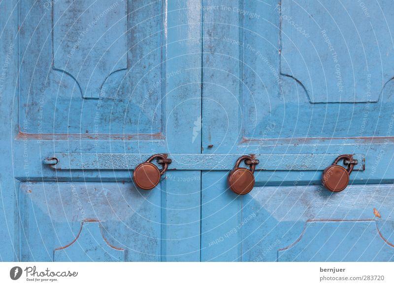 Dreifach Holz Metall retro blau braun Schloss Vorhängeschloss Tür Eingang geschlossen abgesperrt Beschlag Eisen Rost 3 Muster Riegel Bügel Farbfoto