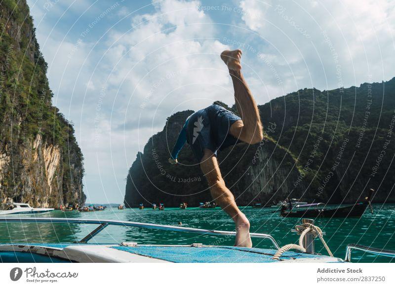 Mann, der vom Boot springt. Wasserfahrzeug springen Meer tauchen Ferien & Urlaub & Reisen Freude Sommer Jugendliche Jacht Abenteuer Kreuzfahrt Segel Segelboot