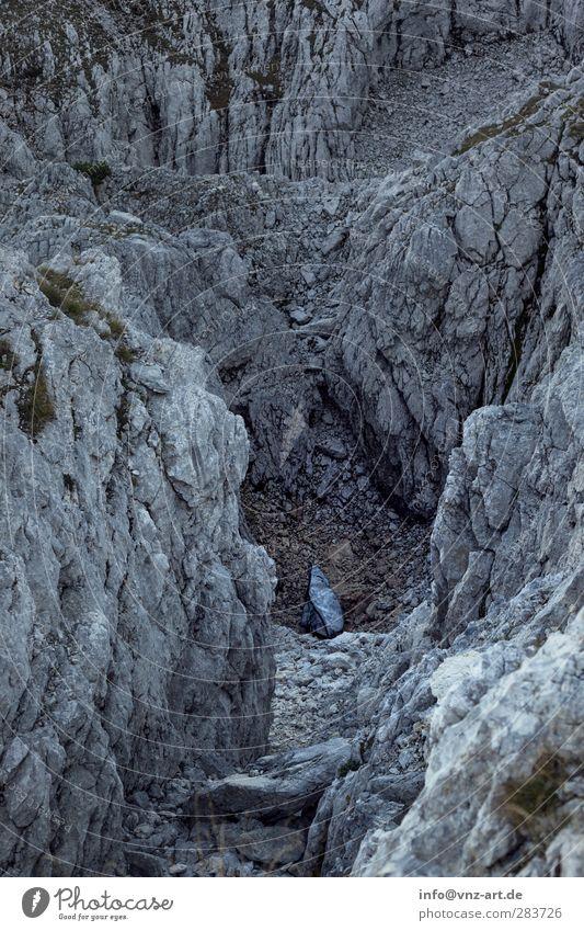 Berg Berge u. Gebirge Stein Himmel blau grau Untersberg Tag extrem Bergsteigen Bergsteiger Felsvorsprung Felsspalten Schlucht Felswand Felsen Natur