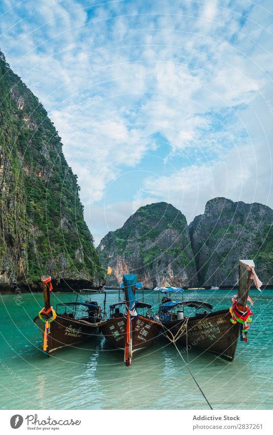 Zwei Boote in grünem Meerwasser Wasserfahrzeug Seeküste Strand Küste Ferien & Urlaub & Reisen Sommer blau Natur Landschaft schön Küstenstreifen Tourismus Idylle