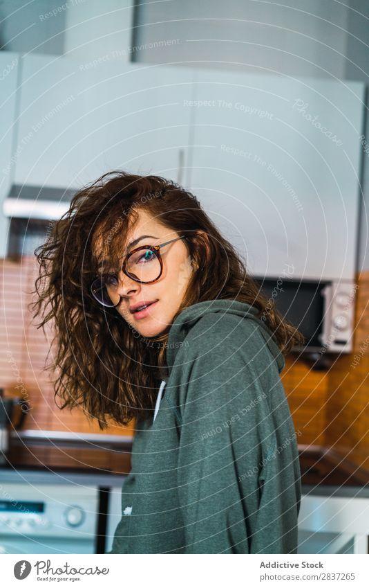 Attraktive Frau, die in der Küche posiert. heimwärts Frauenunterhose hübsch Jugendliche Körperhaltung Erholung Porträt schön Lifestyle Beautyfotografie