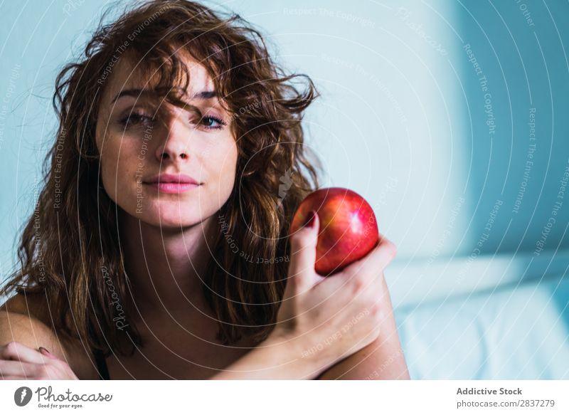 Attraktive Frau mit Apfel heimwärts hübsch Lebensmittel träumen besinnlich Jugendliche Körperhaltung Erholung Porträt schön Lifestyle Beautyfotografie attraktiv