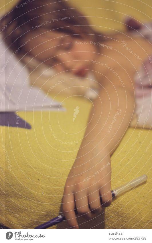 ... Mensch Kind Hand Mädchen Gesicht feminin Haare & Frisuren Kopf Körper Kindheit Arme Haut schlafen Bettwäsche schreiben Müdigkeit