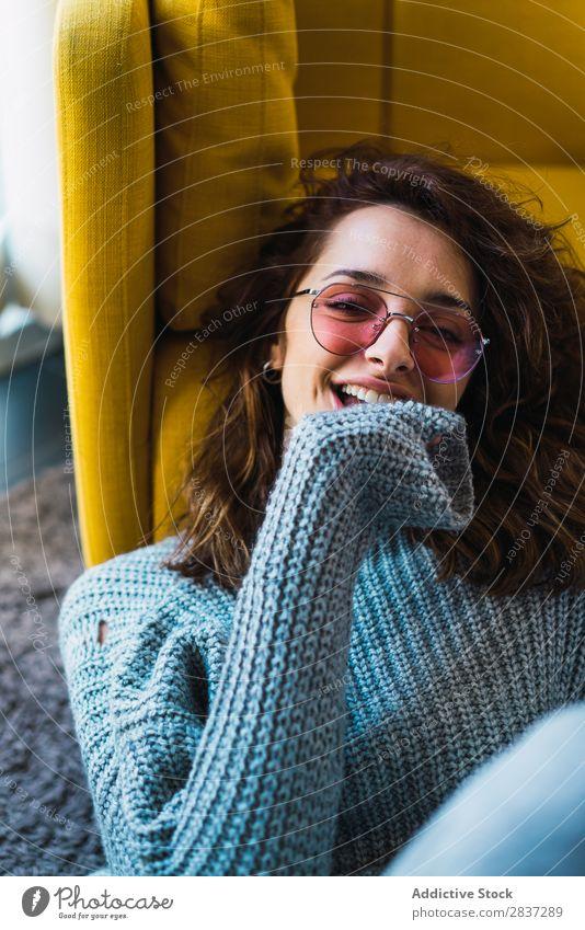 Frau sitzt und entspannt auf dem Boden heimwärts hübsch Sessel sitzen Erholung Jugendliche Körperhaltung Porträt schön Lifestyle Beautyfotografie attraktiv Dame