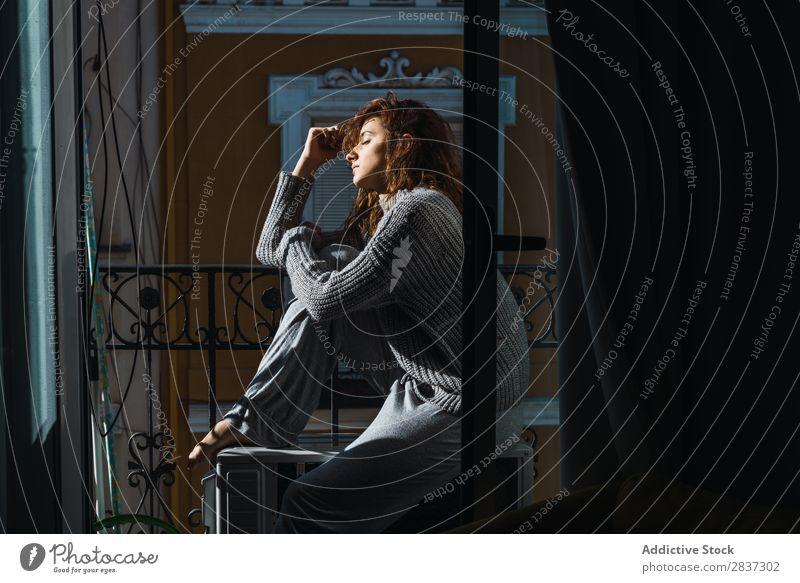 Junge Frau auf dem Balkon posierend heimwärts hübsch Erholung sitzen Augen geschlossen Jugendliche Körperhaltung Porträt schön Lifestyle Beautyfotografie