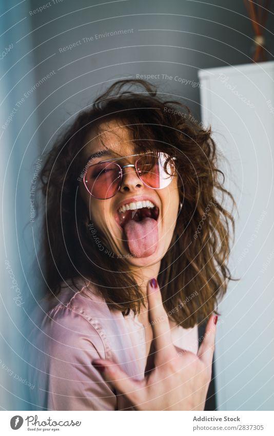 Verführerische Frau in Jacke und Sonnenbrille attraktiv verführerisch Erotik nackter Körper Frauenbrust rosa heimwärts hübsch Jugendliche Körperhaltung Erholung