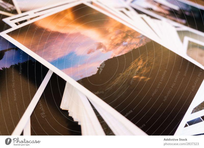 Gedruckte Fotos auf dem Tisch Fotografie gedruckt Filmmaterial Zusammensetzung Spuren Bild Grafik u. Illustration Papier altehrwürdig Zarge Collage Holz retro