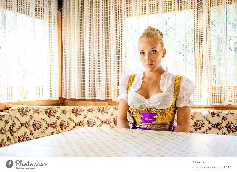 münchner grantlerin elegant Stil Oktoberfest Jahrmarkt feminin Junge Frau Jugendliche 18-30 Jahre Erwachsene Piercing blond alt sitzen ästhetisch schön